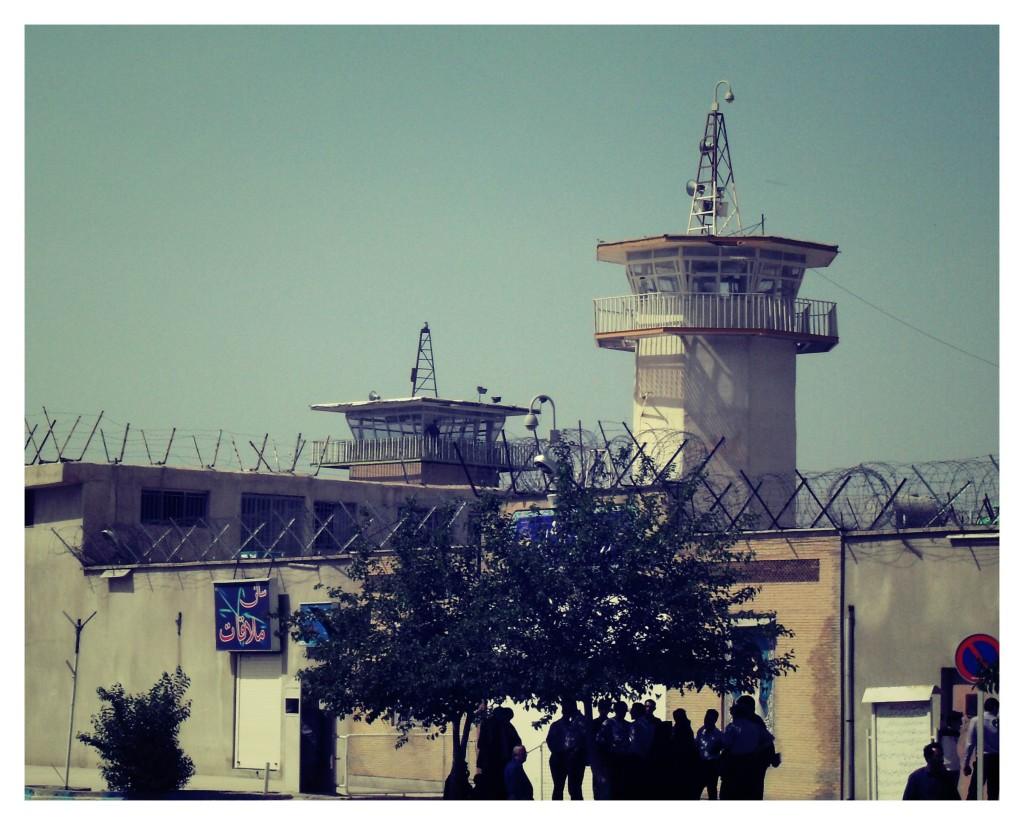 درب وردوی سالن ملاقات در کنار درب اصلی زندان
